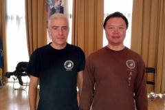 """Ο εκπαιδευτής της σχολής """"Yin Yang Tai Chi"""" Μιχάλης Κυμηνάς με τον Master Alex Dong."""