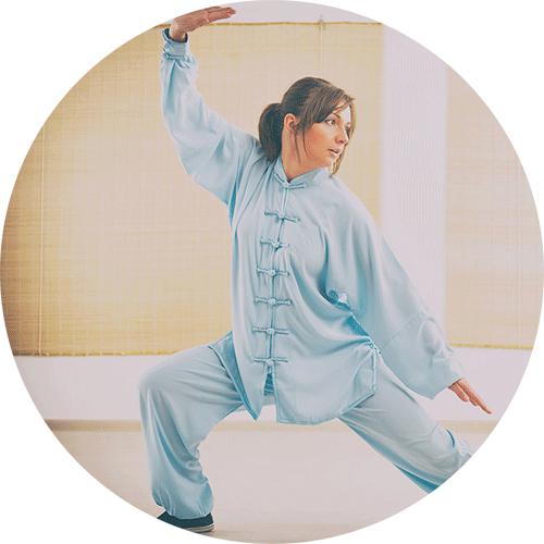 Γυναίκα που ασκείται στο Qi Gong
